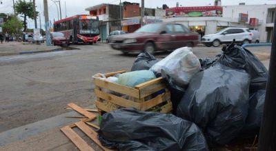Llevará un día juntar la basura que dejó en la calle un conflicto que todos niegan