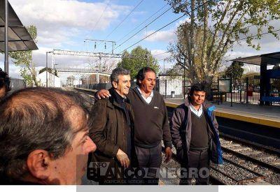 Randazzo llegó en tren a City Bell y recibió el reconocimiento de trabajadores ferroviarios