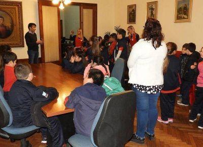 López sigue recibiendo a alumnos de escuelas de Necochea