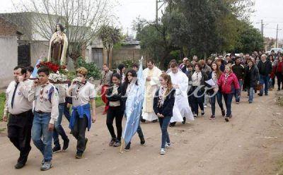 Procesión, misa y festejo popular de la parroquia Santa Teresita
