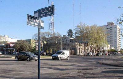 La ardua tarea de renovar los carteles de señalización en las calles de Necochea y Quequén