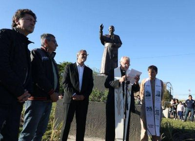 Avellaneda: el obispo Frassia bendijo el nuevo monumento del Papa Francisco