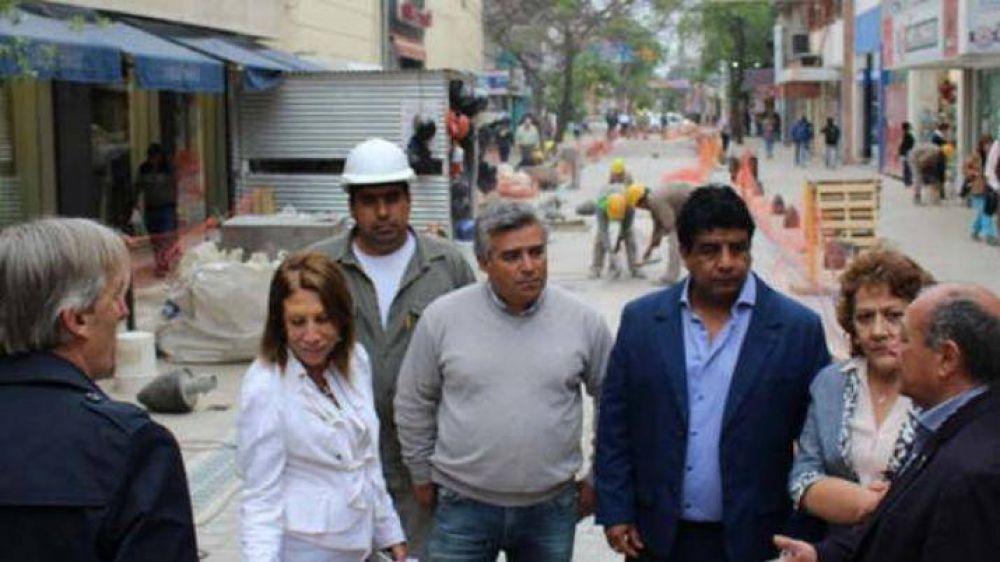 Funcionarios supervisan obra de la semipeatonal en calle Libertad
