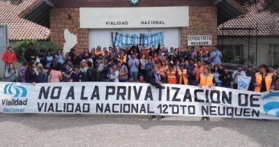 Abrazo al edificio de Vialidad Neuquén contra la privatización del organismo