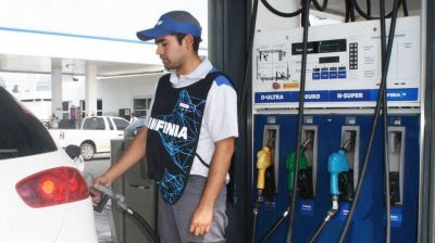Después de haber aumentado la nafta $2, YPF ahora la bajó $0,30