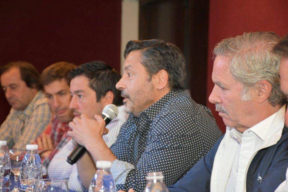 En busca de la unidad perdida: cumbre entre intendentes K y referente massista