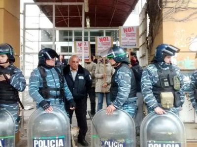 Represión policial en violento desalojo de la sede de Desarrollo Social
