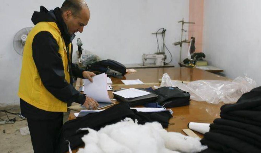Encontraron a 17 personas encerradas con candado en un taller textil clandestino