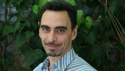 El escritor Federico Andahazi leyó entre lágrimas la amenaza antisemita que le mandaron por email