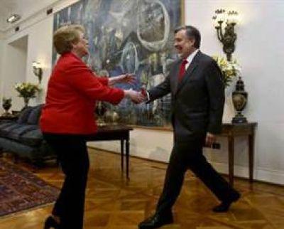 Bachelet invitó a Guillier a La Moneda y recibió una lluvia de críticas de la oposición