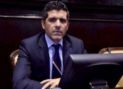 Domínguez Yelpo borra con el codo lo que votó con la mano