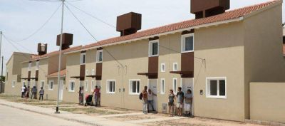 Ferraresi entregó viviendas a 22 familias del barrio Azul