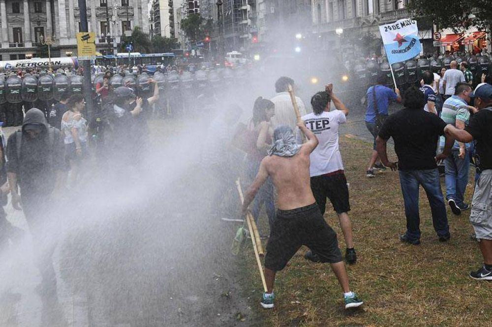 A la fuerza, Gendarmería impidió la vigilia frente al Congreso contra el ajuste a los jubilados