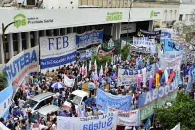 Paran bancarios, médicos y docentes en rechazo a las reformas de Cambiemos