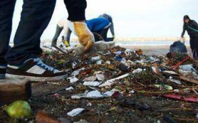 Según un estudio, arrojan hasta 8 toneladas de residuos plásticos en las playas de Villa Gesell
