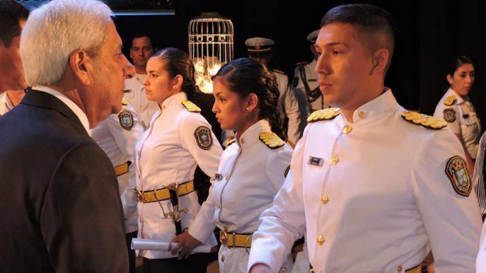 Neder presidió el acto de egreso de oficiales de la Policía de la Provincia