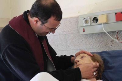 Monseñor Mestre visitó enfermos y al personal del Hospital Interzonal
