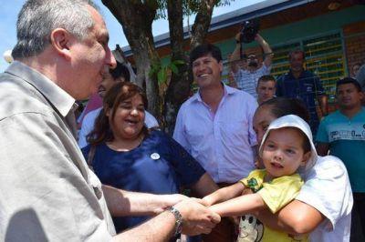 Regularización de tierras: Passalacqua entregó boletos de compra-venta a más de cien familias en El Soberbio