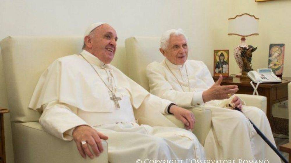 El Papa Francisco se encontró con Benedicto XVI para los saludos navideños