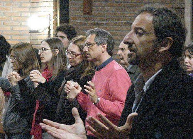 En la misa de Helios Eseverri, juntos pero separados