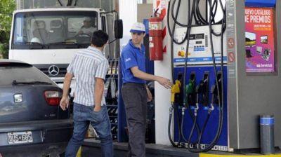 Podría aumentar el precio de la nafta por la suba del dólar