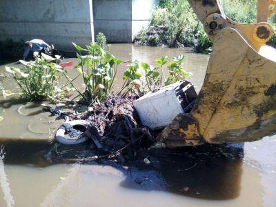 OSSE retiró un tronco y restos de autopartes del cauce del arroyo La Tapera