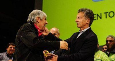 Macri tiende puentes con Moyano con la esperanza de quebrar la resistencia a la reforma laboral
