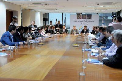 La comisión legislativa para la reforma política se reunió tres veces en 448 días