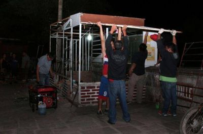 RECUPERANDO EL ESPACIO PÚBLICO: LEVANTARON QUIOSCOS ADYACENTE AL PUENTE LAVALLE