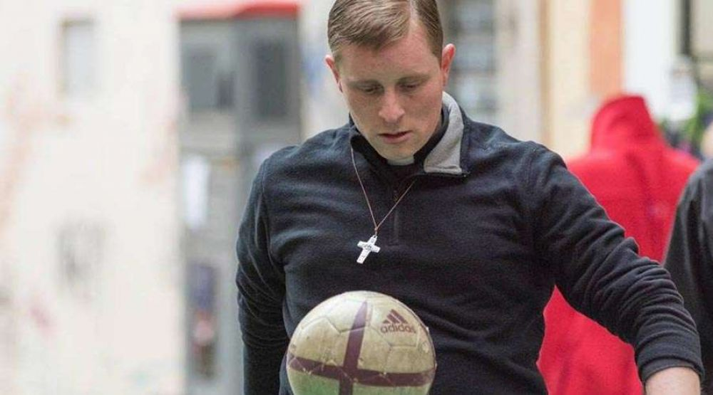 Sacerdotes unen el fútbol con la evangelización en las calles de Brasil