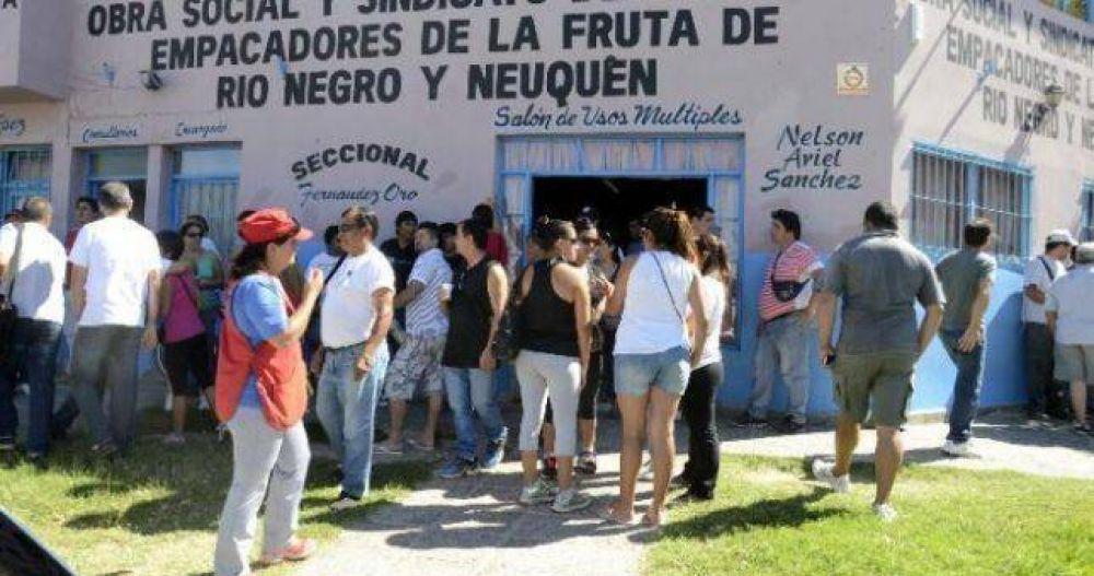 Un conflicto salarial podría paralizar la cosecha en Río Negro