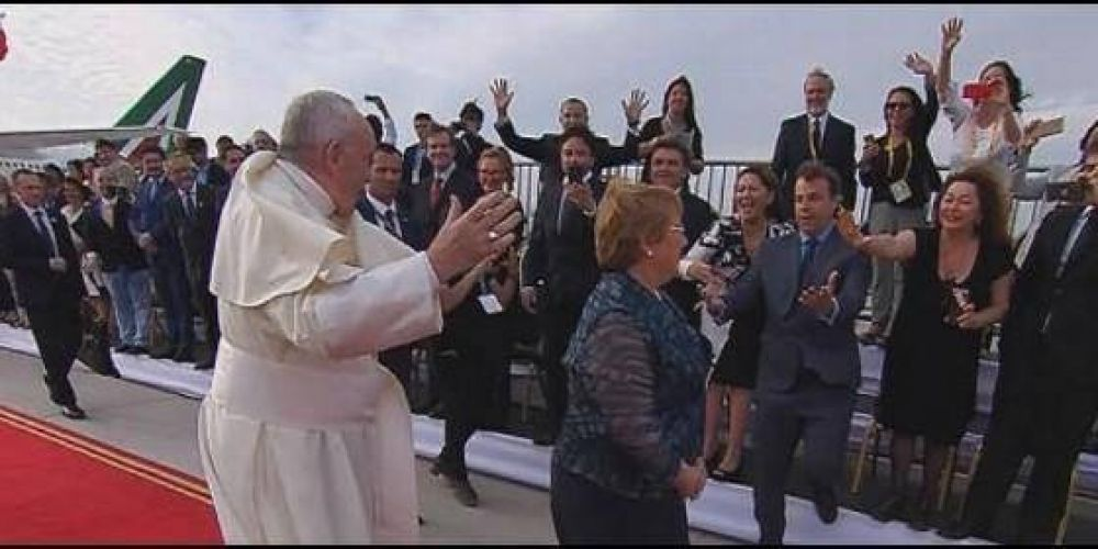 El viento, Bachelet y decenas de miles de chilenos reciben al Papa en Santiago