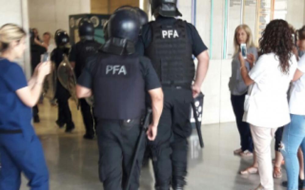 Cesantean 120 contratados en el Hospital Posadas y denuncian intimidación policial