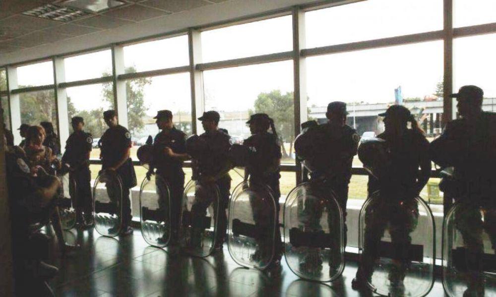 Echaron a 120 trabajadores del Hospital Posadas y el Gobierno amedrentó a los trabajadores con la Policía Federal