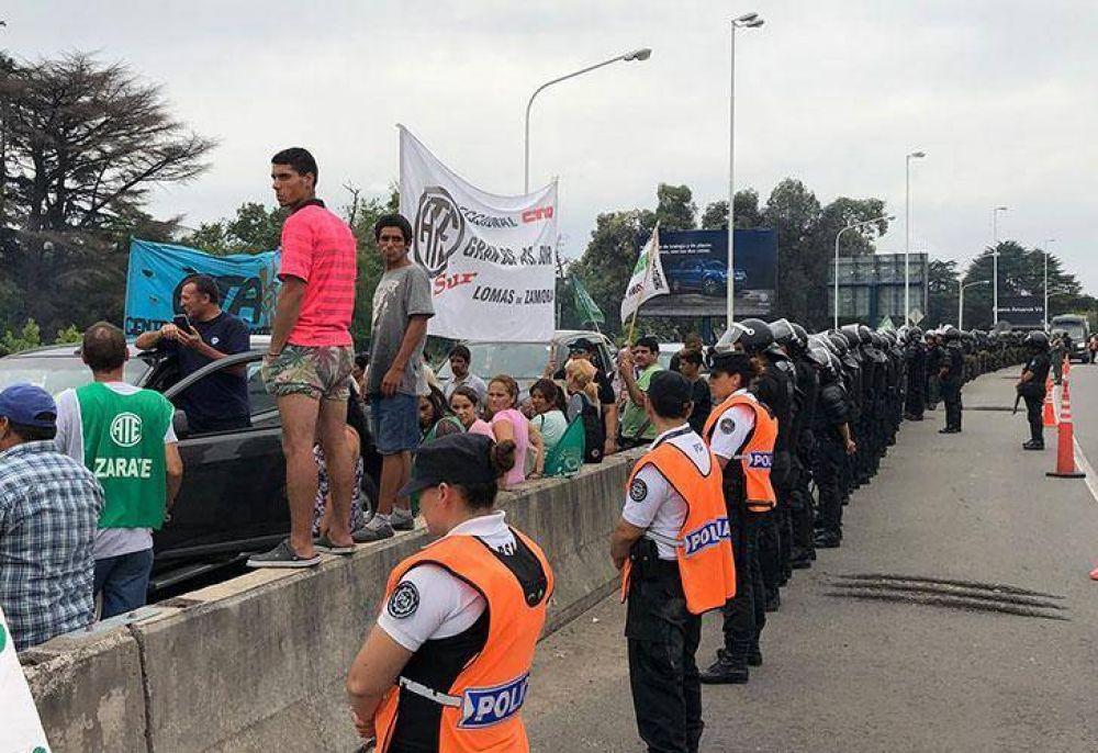 Estatales cortan la autopista Ricchieri por despidos en el SENASA