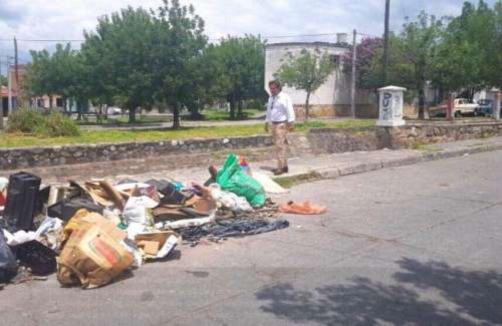 Sáenz imploró a los vecinos que no arrojen basura a canales y desagües