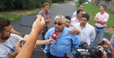Con varios de sus funcionarios, Cecilio Salazar inauguró la obra de pavimentación de las 170 cuadras