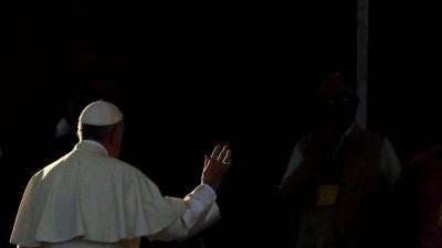 Chile, el Papa encuentra algunas víctimas de abusos y llora con ellas