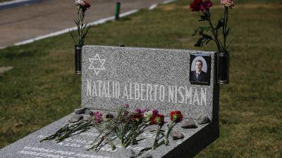 Familiares y funcionarios homenajearon a Alberto Nisman en el cementerio de La Tablada