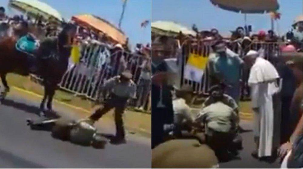 El papa Francisco detuvo la marcha para ayudar a un policía caído en Chile