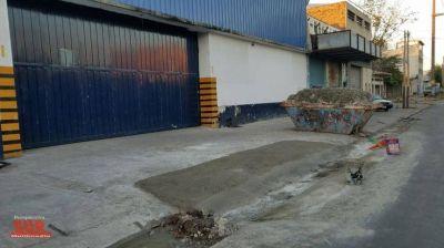 Rompieron el nuevo asfalto de Amoedo para hacer una rampa para camiones