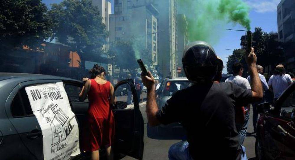 En una caravana, estatales recorrieron organismos de La Plata en rechazo a los despidos