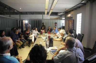 Leoni aseguró que la provincia recibe presiones políticas y económicas de la Nación