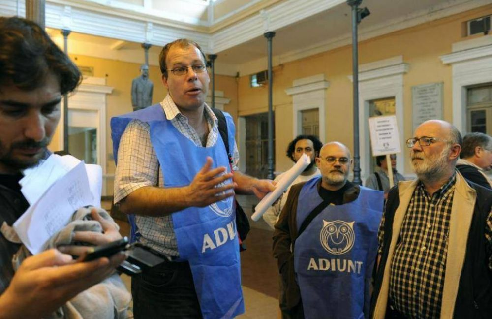 Los titulares de los gremios docentes repudiaron la sugerencia de la Nación de cerrar en un 15%