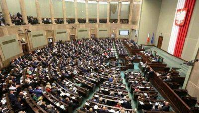 Polonia pretende cambiar la historia: impulsa un proyecto para prohibir que se culpe a los polacos por crímenes del Holocausto