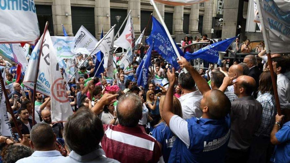 El gremio bancario amenaza con medidas de fuerza en todo el país