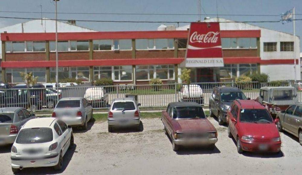 Conflicto en Coca Cola: Camioneros bloqueó la planta para reclamar el blanqueo de 11 trabajadores
