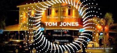 Repudian acto homofóbico en Tom Jones