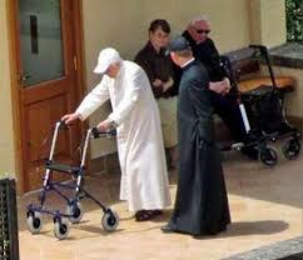 El Vaticano niega que Benedicto XVI sufra una