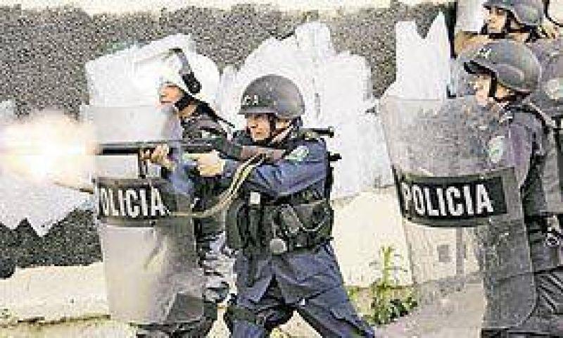 Reprimen con tanquetas, gases y balas a seguidores de Zelaya